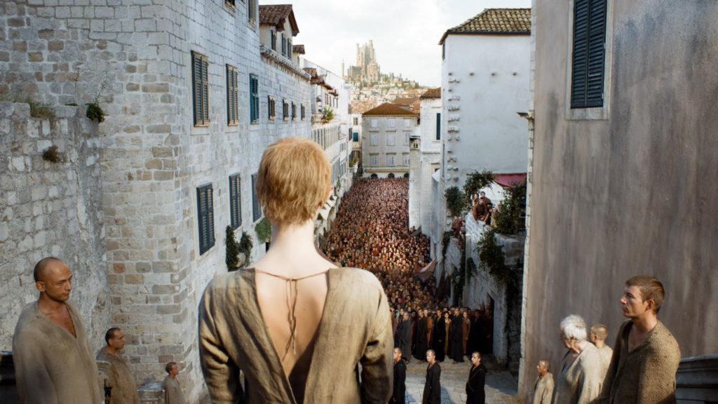 Cersei Lannister dans les escaliers du grand septuaire de Port-Réal lors de sa marche de la honte de - tournage de Game of Thrones
